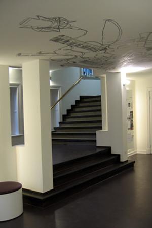 Treppeneingang mit Deckengrafik